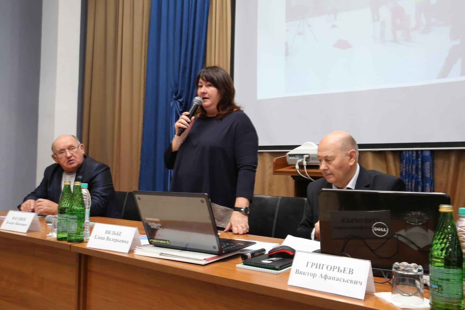 Справа - руководитель семинара Виктор Григорьев.